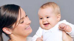 Jak wspierać rozwój psychiczny dziecka w 2. miesiącu życia? 8 wskazówek dla rodziców