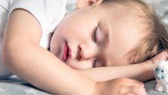 Ile powinny spać niemowlęta i dzieci do 5. roku życia